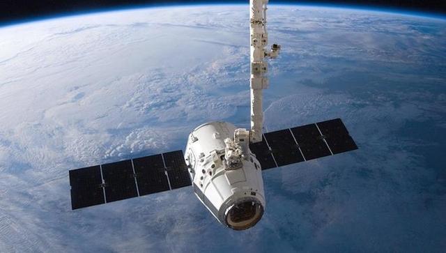 Во время сближения корабля Dragon с МКС был обнаружен болтающийся кабель